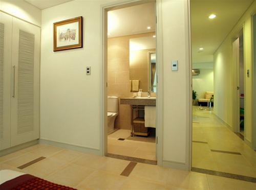 Cửa phòng ngủ đối diện cửa phòng tắm không tốt cho sức khỏe gia đình bạn