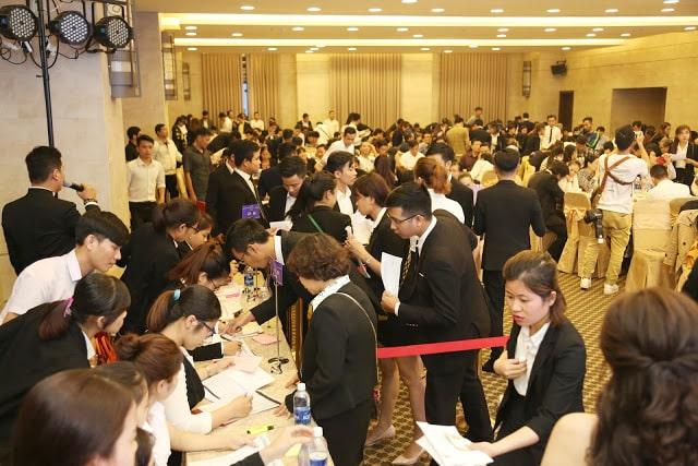 Các chuyên viên kinh doanh Nhat Nam Land liên tục đăng ký giao dịch sản phẩm cho khách hàng